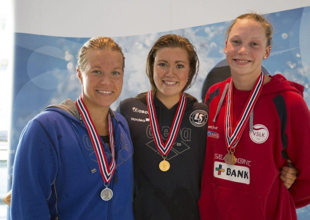 NY SVØMMEDRONNING: Stina Kajsa Colleou (i midten) slo Sara Nordenstam (t.v) under årets NM i Kristiansand.FOTO: ØYVIND THORSEN