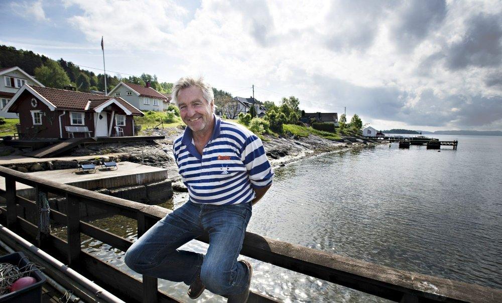 Trives: – Ja, her er det greit nok å bo, smiler Kjell Arne Henriksen fra bryggen sin på Bjerkøya i Sande kommune.