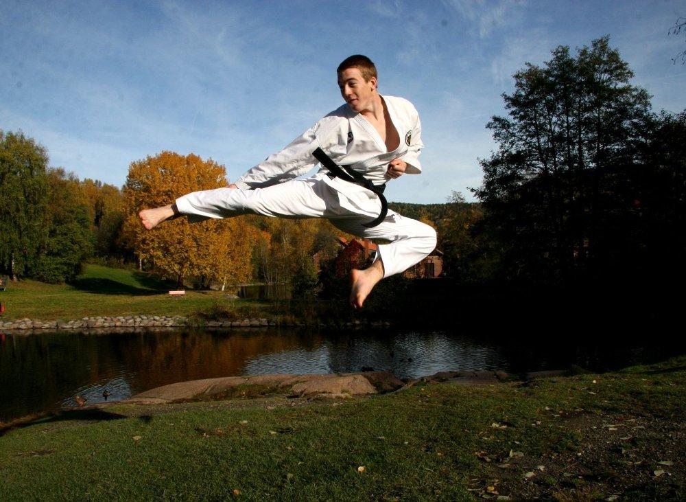 HØYT: Høyt henger han og god er han. Snart drar Halvor til Spania og VM i karate. FOTO: Kristin Tufte Haga
