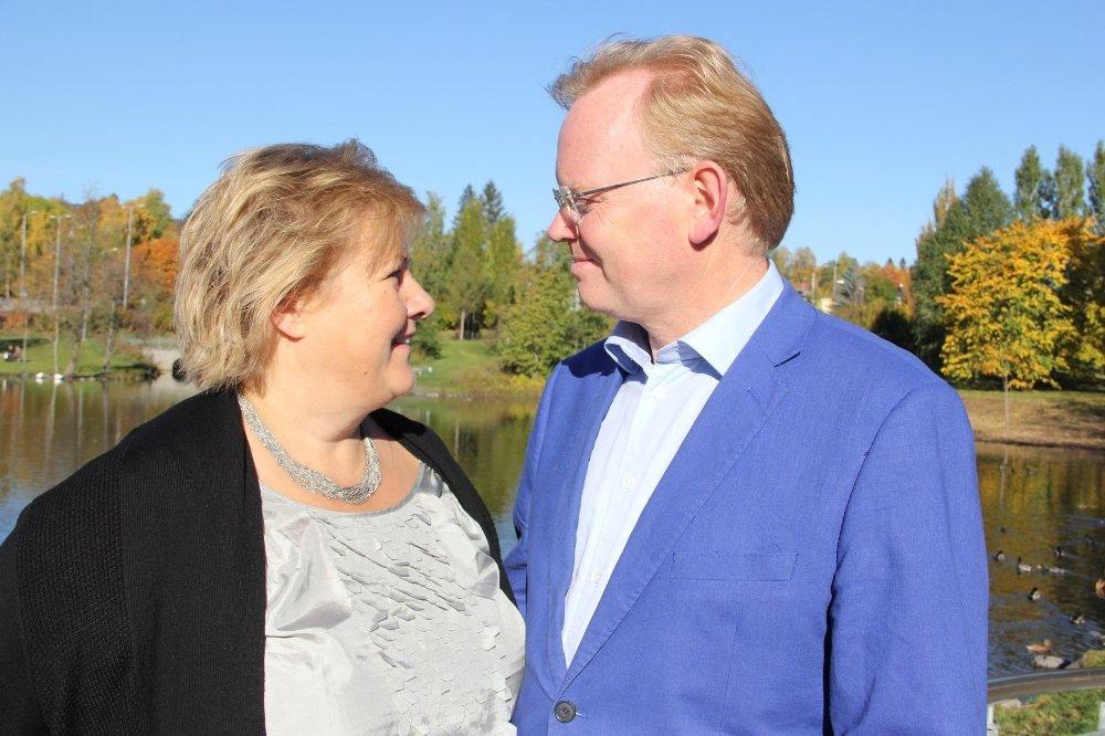 Sunnmøringen Sindre Finnes sto opp for kona Erna Solberg i valgkampen og fikk både ris og ros for sitt engasjement. Erna Solbergs blikk forteller kanskje mer enn tusen ord. Litt stolt er hun.