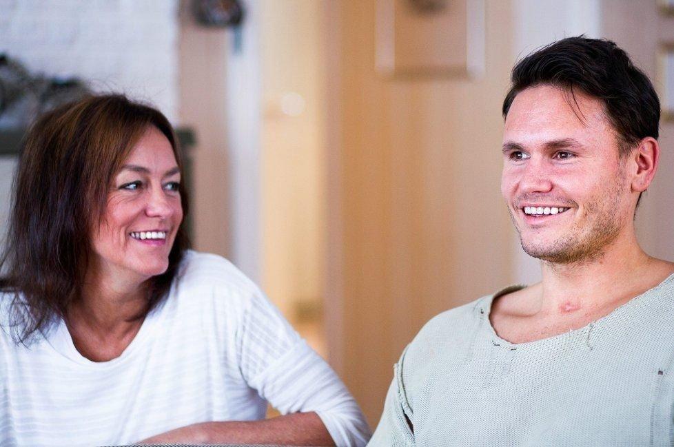 STERKT SAMHOLD: Da Alexander Gusevik (25) ble utsatt for blind vold havnet han i koma i ti dager. Hendelsen har ført til at han, mamma Kari-Hilde Sognnæs og resten av familien har kommet enda nærmere hverandre.