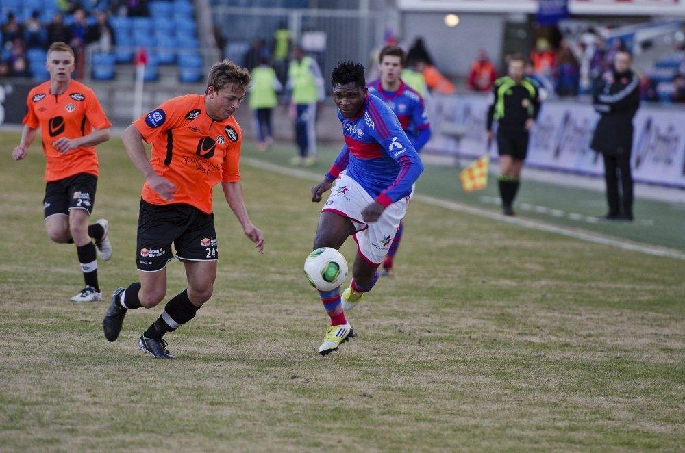 Her er Aaron Samuel i en sjelden start for Vålerenga mot Sogndal. Kontrasten er stor til klubben han nå skal på prøvespill i.