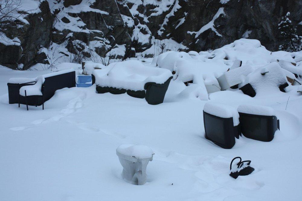 SKJULT av snø: ...men ikke fjernet. Det ulovlige søppelet i Mortensrudveien ligger der fremdeles, en uke etter at det skulle vært kjørt bort. Foto: Aina Moberg
