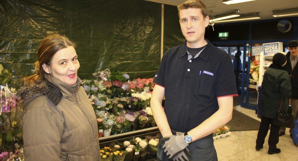 Nyåpning: Bak plastvegg og blomster ved inngangen hos Rema 1000 på Holmlia blir det Post i butikk fra tirsdag. Butikkeier Espen Kovacs og kunde Mirielle Hansen gleder seg. Foto: Aina Moberg