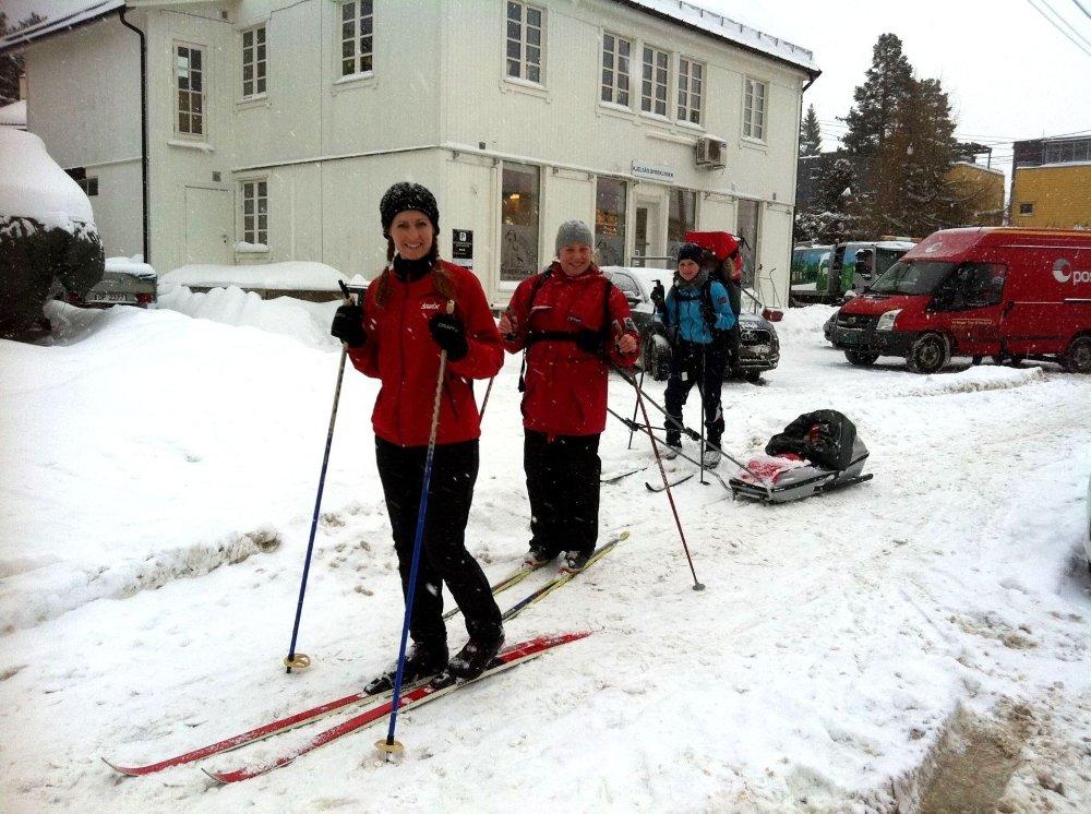 SKIFØRE: Bra skiføre langs gatene også - foran Kine, Silje med Elida i pulk, og Maria med Isak i bæremeis, i Midtoddveien ved Kjelsås skole. Foto: Kristin Tufte Haga