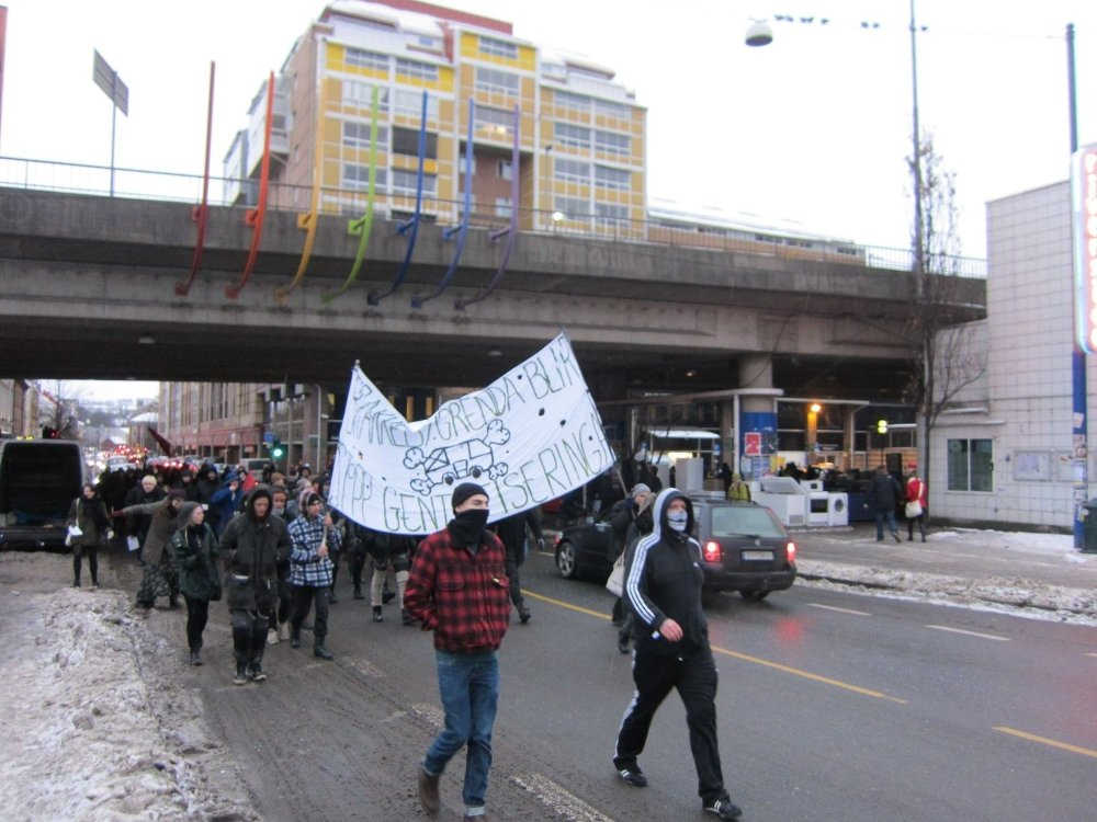 80 okkupanter og støttespillere av Brakkebygrenda i Gamlebyen gikk i tog til Rådhuset for å protestere mot kommunens ønske om å kaste dem ut. Her på vei mot sentrum fra Grønland.