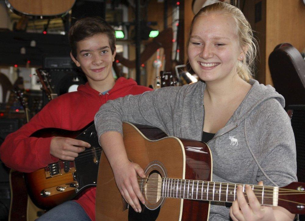 DRØMMEJOBBEN: Hedvig Borgen og Dominik Zuba er begge gitarister og synes jobben hos Hornaas Musikk AS er topp! Foto: Ella Fredheim