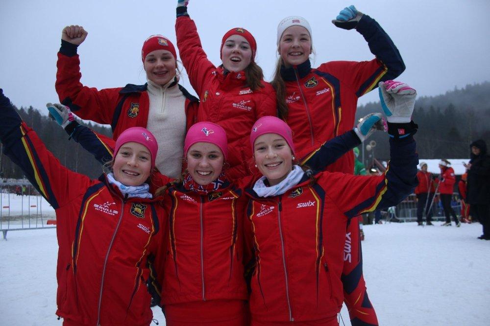 SØLV OG BRONSE: Tora Drage Roti (b.v), Kristin Fagerli og Tuva Overrein Lunde gikk inn til sølv under Rustadstafetten. Nora Andersen (f.v), Kaja Aamodt Fagerli og Selma Andersen sikret også bronsemedalje til Røa.