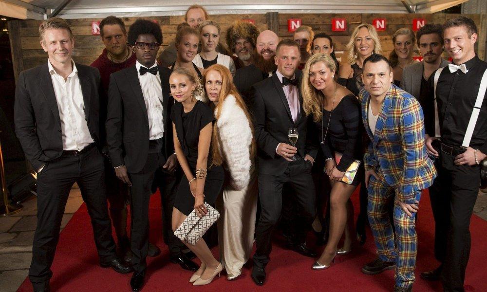 SNART PÅ TV: Vikinggjengen samlet etter premiere nylig. Mats Jørgensen Bakkebø fra Frogner er nummer to fra høyre bak, og Erika Magnussen fra Sandaker nummer tre fra venstre foran. Trond Espen Seim helt til venstre.
