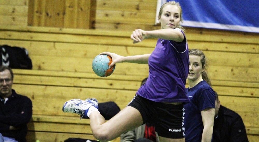 I SKUDDET: Venstrekanten Emilie Løkting Johansen var en av flere NIF-spillere som kom med på rundens lag i Bergen i helgen.