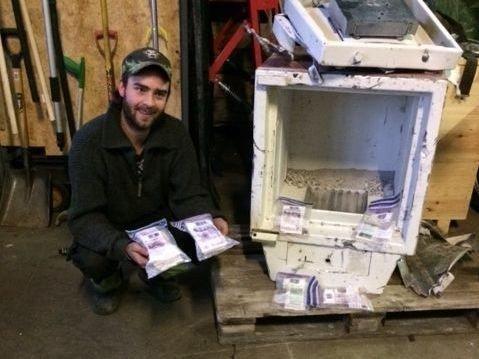 PÅ VEI TIL GJENVINNING: Det måtte rå gravemaskinkraft til for å åpne safen. Da kom pengene til syne.