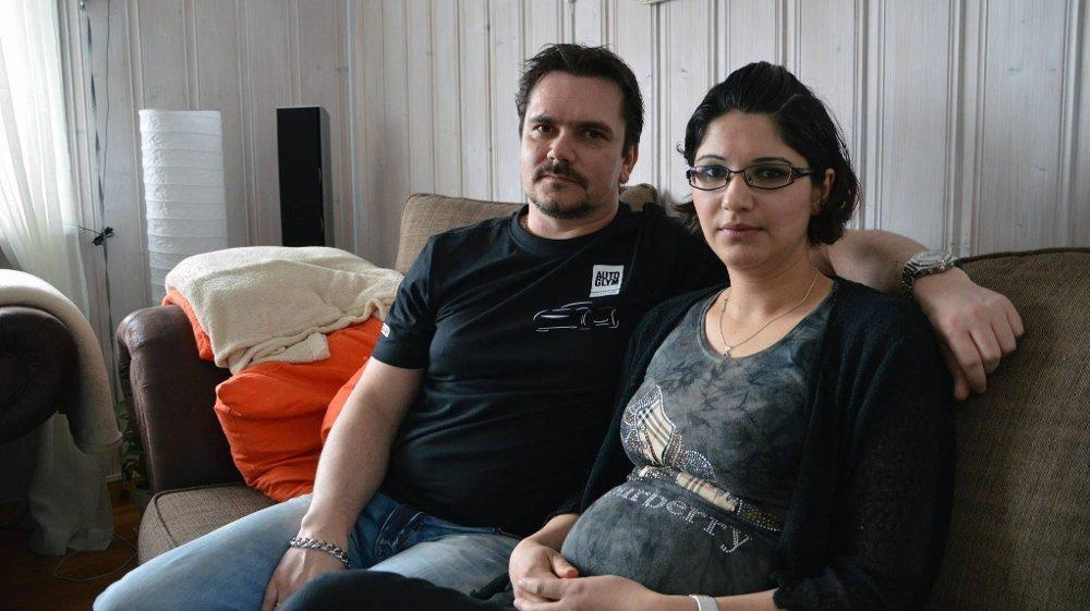 LEVER I FRYKT: Morten Langerud og Nida Mustafa fikk en opplevelse de sent vil glemme natt til søndag 23. februar. - Jeg klarer ikke å roe meg og blir redd når det ringer på døra, sier Nida Mustafa om tiden etterpå.