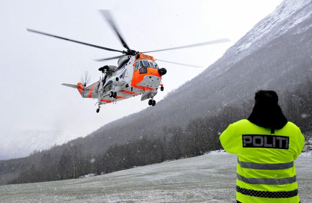 BRUKER HELIKOPTER I LETINGEN: Et Sea King helikopter er satt inn i søket etter fire menn som er savnet i Sunndalsfjella. Billdet er tatt når leteaksjonen startet mandag kveld.