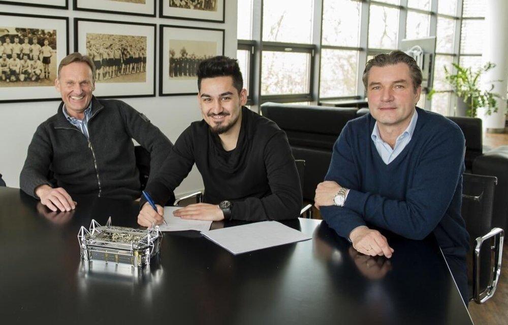 FORLENGER: Her skriver Ilkay Gündogan under på en ny kontrakt med Borussia Dortmund.