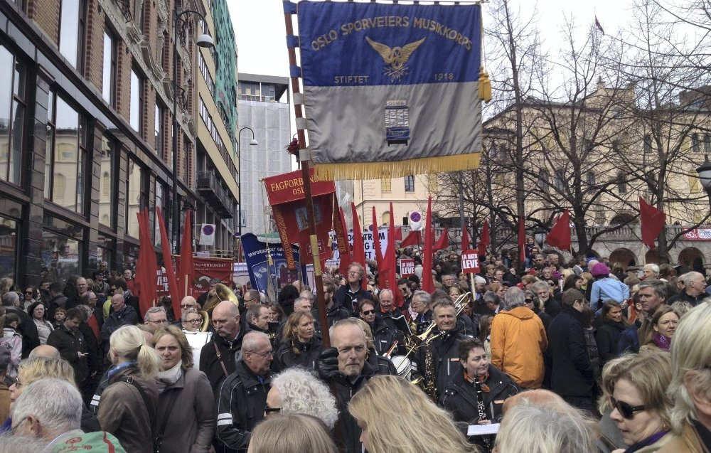 1. MAI-TOG: Tusenvis av osloborgere samles under ulike faner og felles paroler i 1. mai-toget som går fra Youngstorget kl. 12. 45.