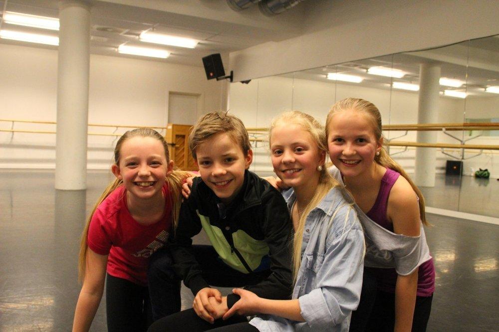 Synne Bakkejord (11), Kevin Haugan (12), Nanette Haugan (12) og Amanda Rylander (11) går i samme klasse på Bekkelaget skole. Til høsten deler de også samme scene under Folketeaterets oppsetning av musikalen Billy Elliot.