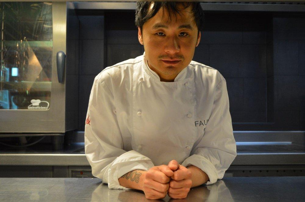 HEKTISKE DAGER: Kokk og daglig leder av restaurant Fauna trives når det står på som verst, og mener at det er en viktig del av det å jobbe som kokk.