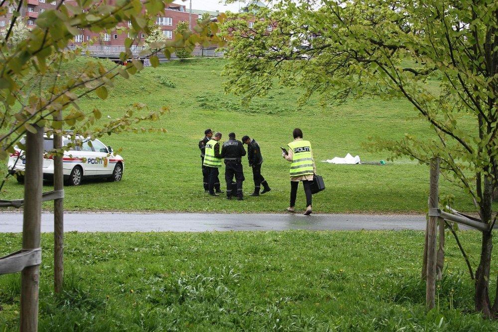 Det er funnet en bensinkanne eller liknende ved siden av avdøde. Politiet etterforsker nå saken.