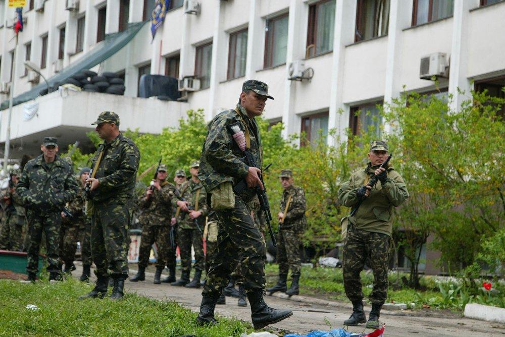 Ukrainske soldater på vakt utenfor en administrasjonsbygning i Mariupol i Øst-Ukraina.