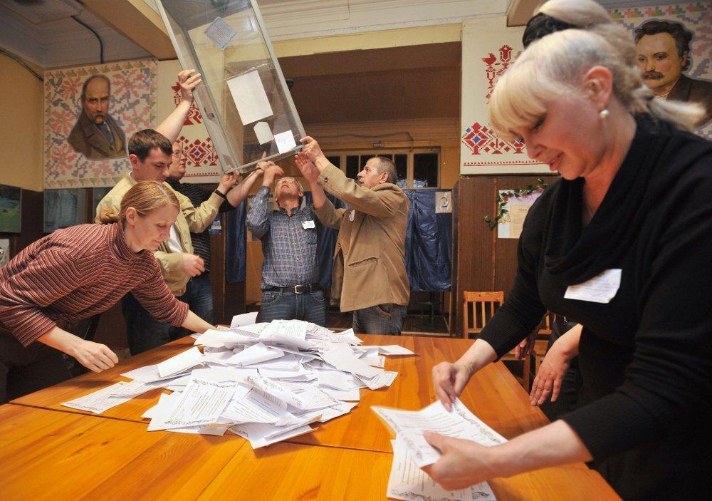 Et medlem av valgkomisjonen teller stemmesedler på et valglokale i den østlige byen Donetsk 11. maia 2014.
