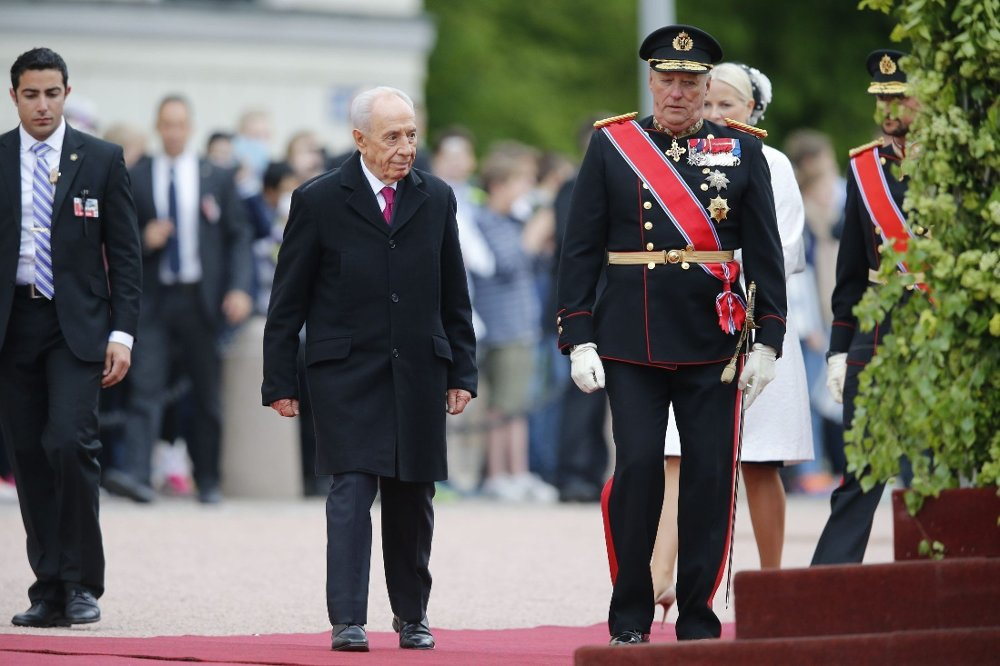 H.M Kongen og kronprinsesse Mette Marit tar imot Israels President Shimon Peres som er på offisielt statsbesøk i Norge. Foto: Cornelius Poppe / NTB scanpix