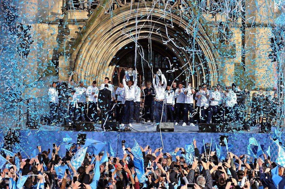 HYLLET: Manchester City-spillerne ble hyllet av fansen mandag.