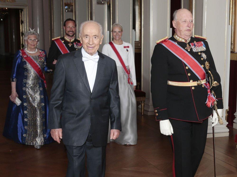 Kong Harald holdt gallafest på Slottet i Oslo for Israels president Shimon Peres i forbindelse med statsbesøket mandag kveld. Bak ses prinsesse Astrid, kronprins Haakon og kronprinsesse Mette-Marit.
