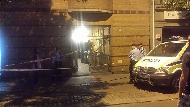 I denne bygården ble imamen angrepet bakfra og knivstukket i lår og ansikt.