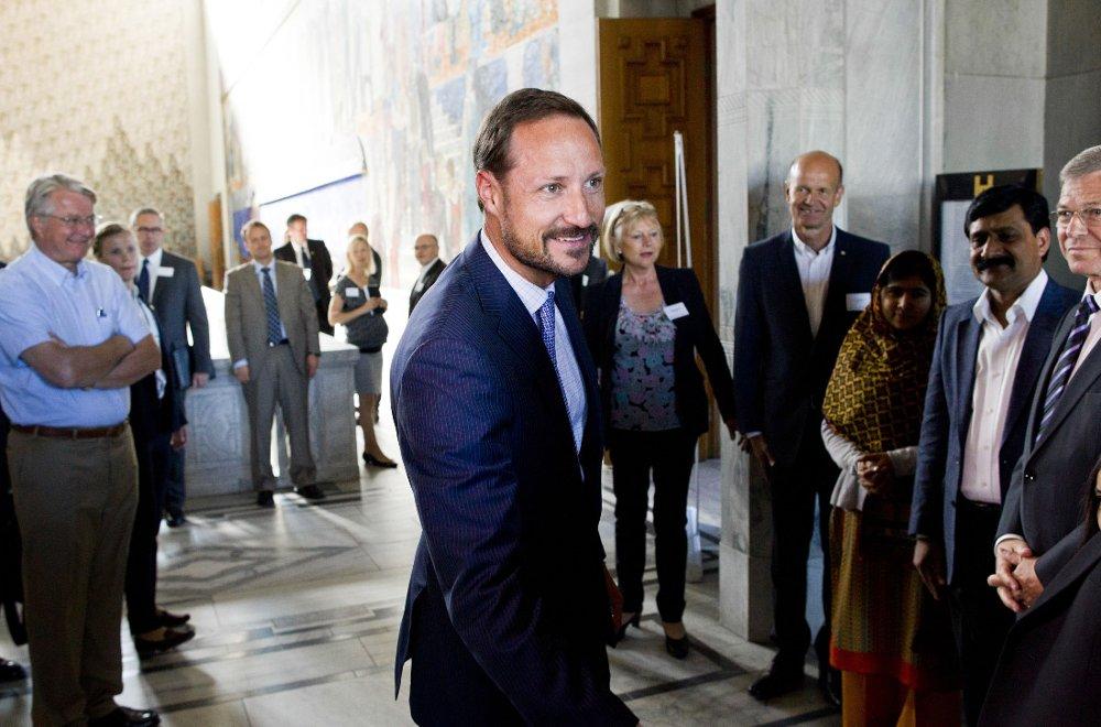KONGELIG BESKYTTER: Kronprins Haakon er høy beskytter for Norges Livredningsselskap, det ene av totalt tre organisasjoner som er havnet på en OBS-liste, fordi Innsamlingskontrollen er kritisk til bruken av innsamlede penger. Her er kronprinsen avbildet i Oslo rådhus i midten av forrige måned i forbindelse med besøket til Malala Yousafzai (16) fra Pakistan.