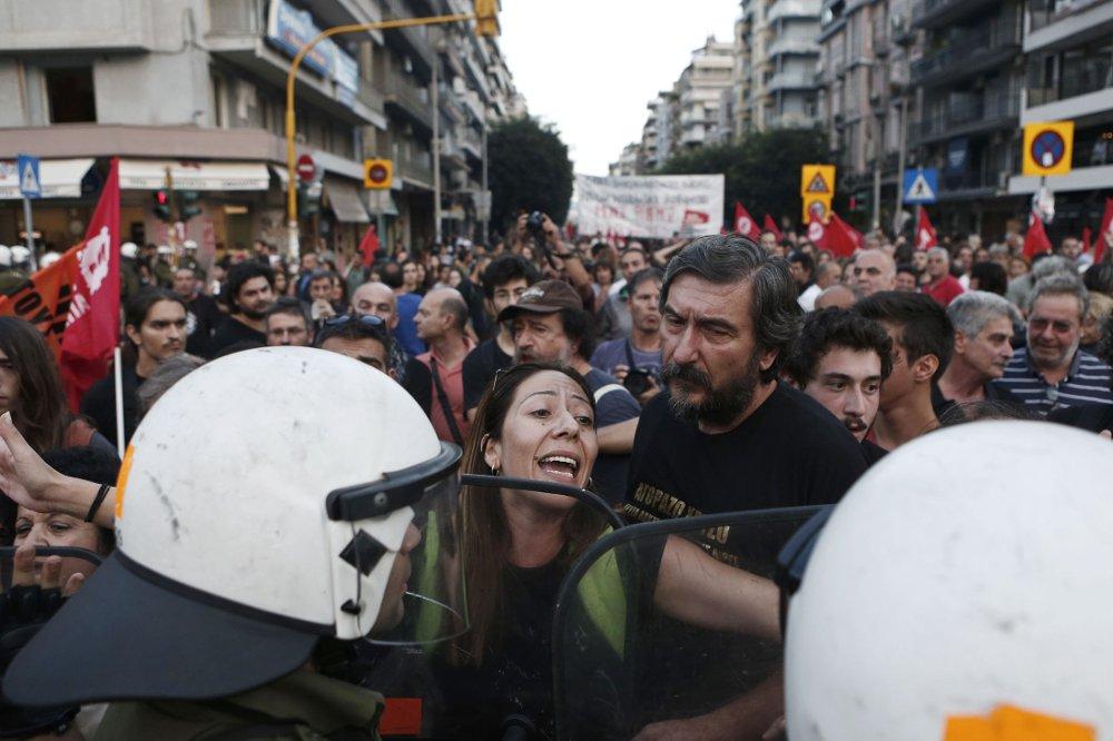 DEMONSTRASJON: Over 20.000 personer deltok i en demonstrasjon i Hellas' nest største by Tessaloniki lørdag. De krevde at de harde reformene som er en del av krisepakken for å få Hellas' økonomi på fote igjen, må opphøre. Foto: Alkis Konstantinidis/Reuters/NTB scanpix