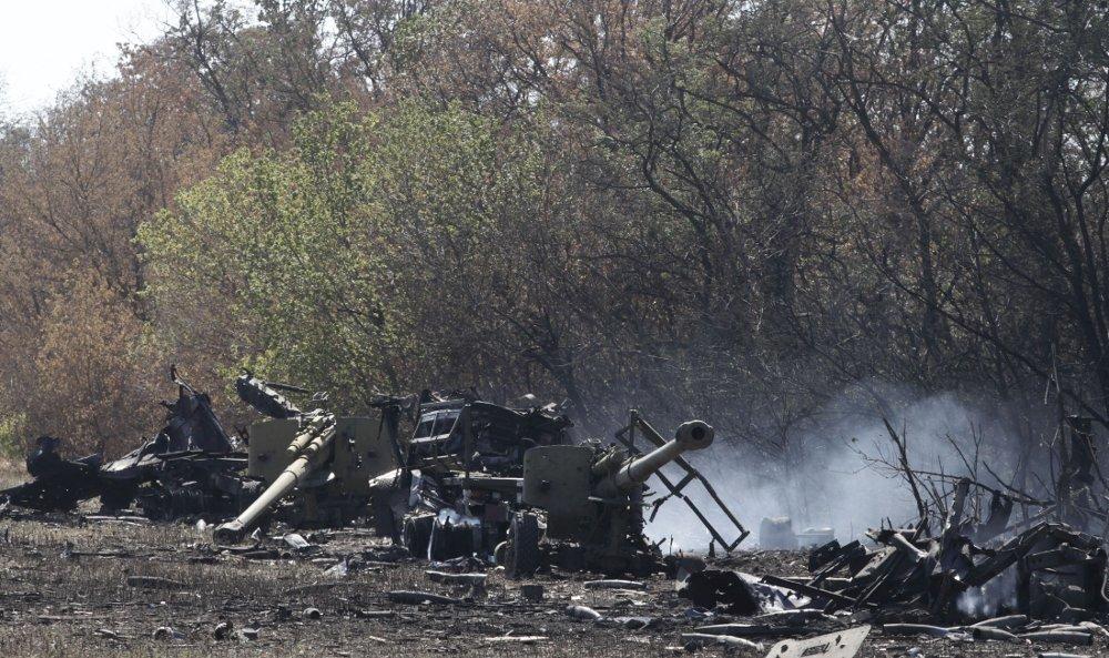 Ukrainsk militært utstyr ligger ødelagt i utkanten av den sørlige havnebyen Mariupol lørdag.