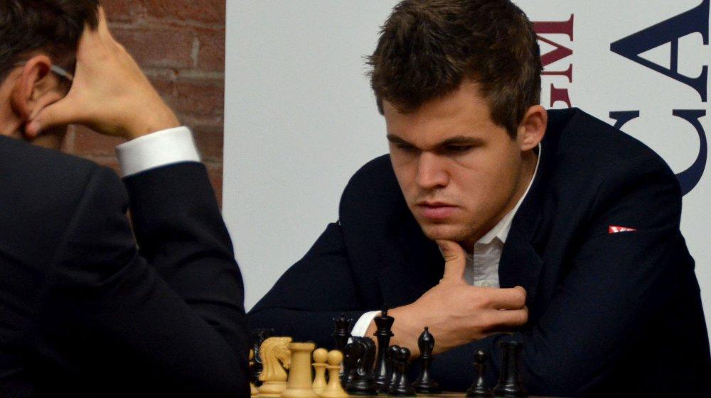 SKREV UNDER: Magnus Carslen har bestemt seg for å signere kontrakten med Det internasjonale sjakkforbundet.