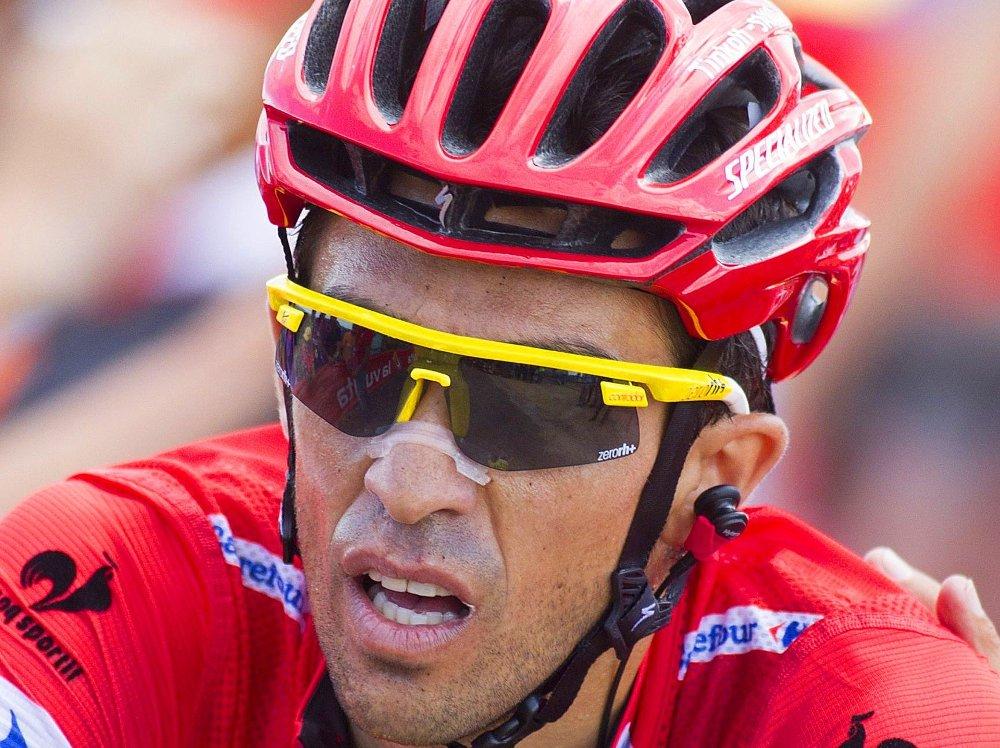 TØFF DAG: Sammenlagtleder Alberto Contador fikk sitt å stri med på søndagens etappe i Spania.