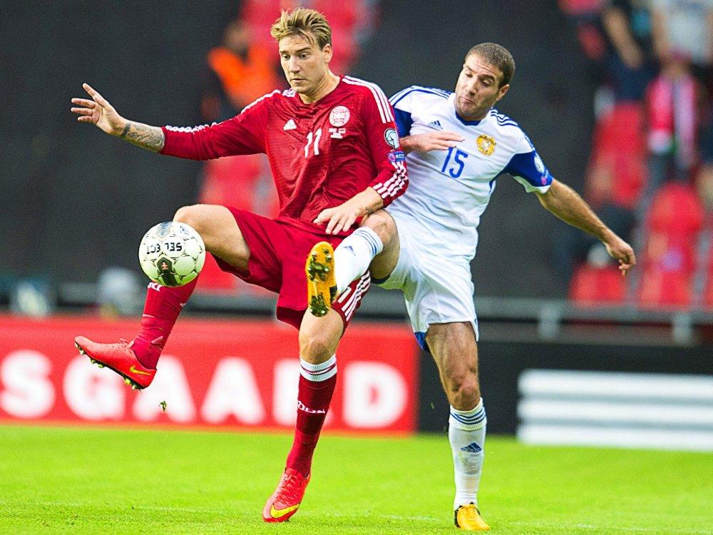 ØNSKESTART: Nicklas Bendtner og Danmark fikk starten de hadde håpet på i EM-kvalifiseringen. Her i duell med Armenias Hrayr Mkoyan.