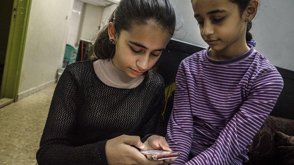 SKAL VITNE: Neda og lillesøsteren Dima hjemme i Jordan. I fjor ble familien sendt ut av Norge, etter ti år på asylmottak i Sandnes.