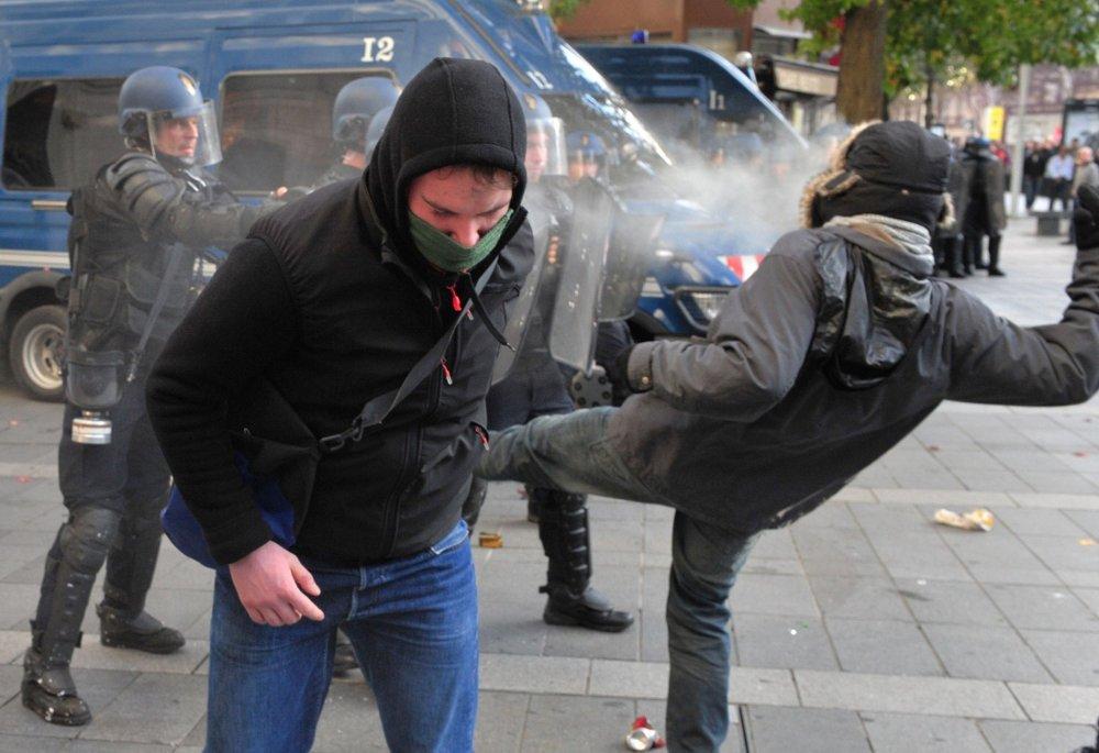 I Nantes skjøt politiet med gummikuler og brukte tåregass, mens demonstrantene tok i bruk steiner og kastet flasker med syre.