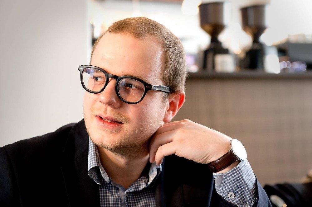 Høyre-representanten Erik Skutle brukte mobilen for 54.937 kroner i løpet av et år. Særlig et besøk i Albania fikk forbruket til å gå i taket. - Det er litt pinlig, innrømmer han.