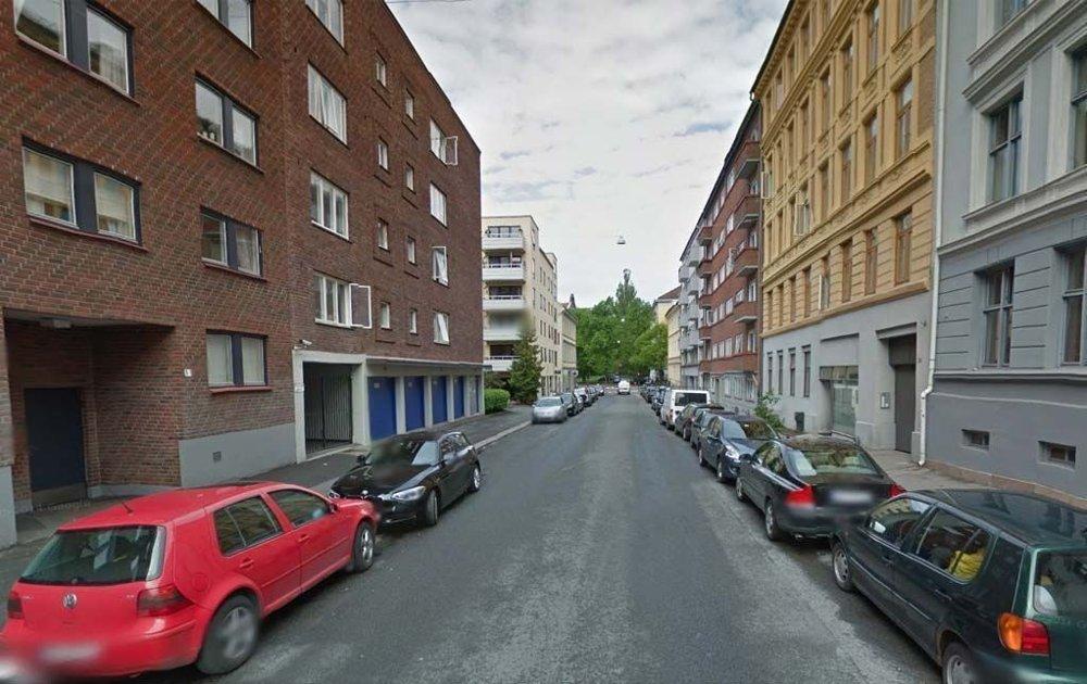 PÅ VEI TIL NASCHSPIEL: Det var utenfor en port i denne gaten på Oslo vest at en mann i slutten av 20-årene skal ha blitt siktet på med en skarpladd revolver i september i fjor.