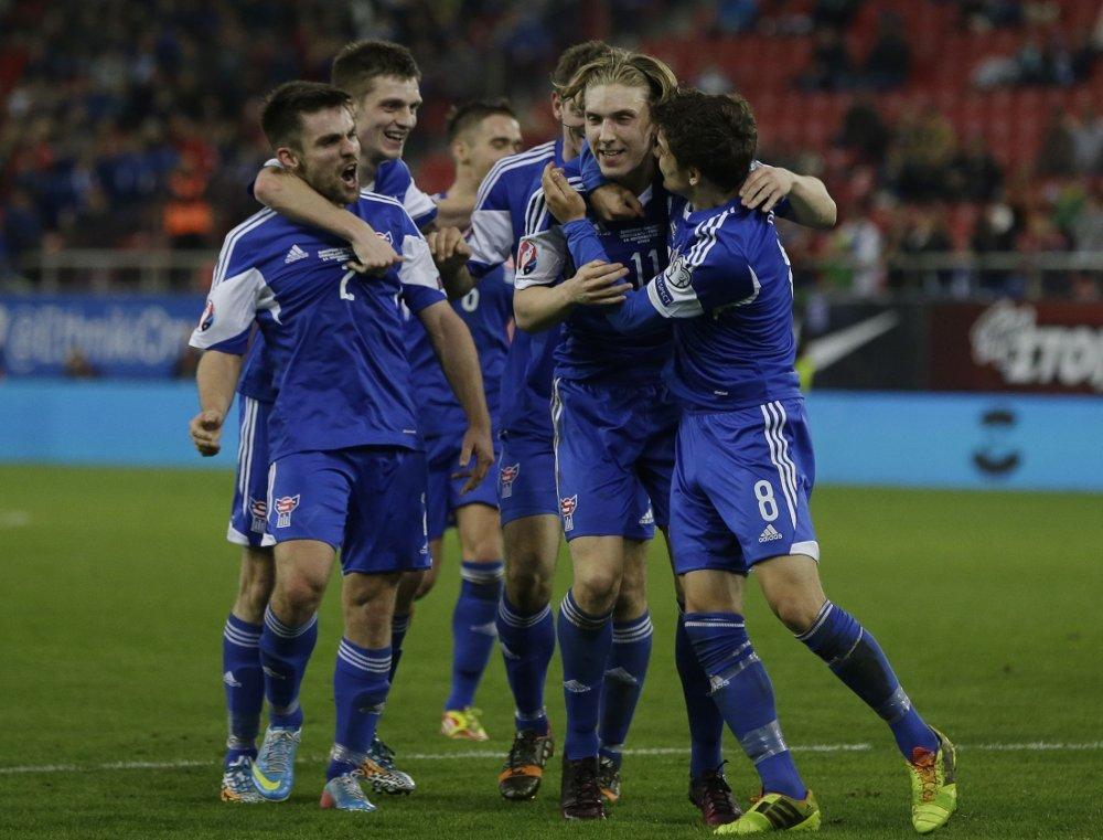 SLO HELLAS: Gutta fra Færøyene jubler for kampens eneste mål.