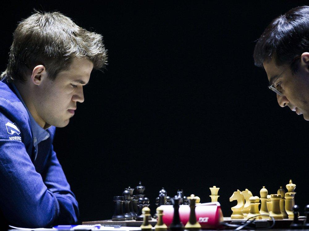 Magnus Carlsen (t.v.) og Viswanathan Anand spiller det tiende partiet i sjakk-VM fredag.