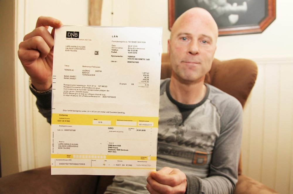 FIKK EN ØRLITEN FAKTURA: Lars Harald Hugås har havnet i en lei knipe. Fakturaen han har mottatt - pålydende «svimlende»10 øre - er umulig å få betalt fordi beløpet er for lite.