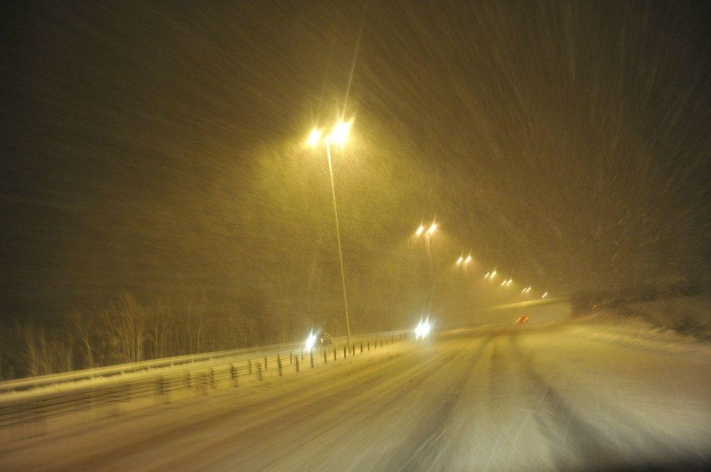 KJØR FORSIKTIG: Snøvær vil gi vanskelige kjøreforhold på Sør- og Østlandet tirsdag, som her på E6 ved Gardermoen.