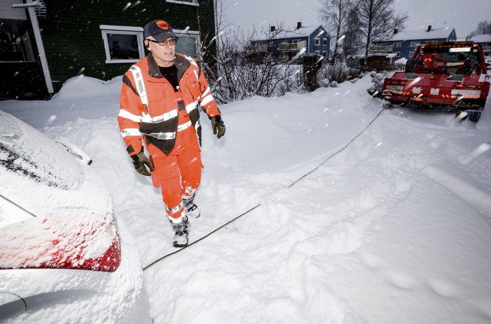 NOK Å GJØRE: Per Garsjø på oppdrag for Dal Auto Bilberging i går. Både bilbergere, politiet og NAF er kritiske til kvaliteten på brøytingen på romeriksveiene.