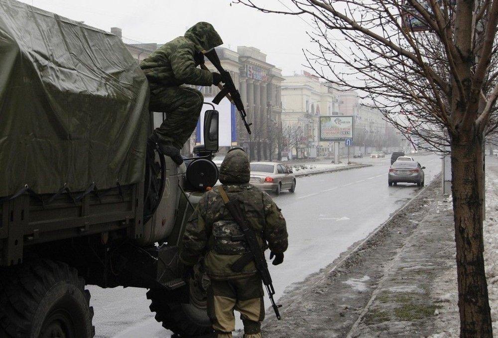 Bildet viser to prorussisk separatister i aksjon i Donetsk øst i Ukraina tirsdag 21. januar 2015.