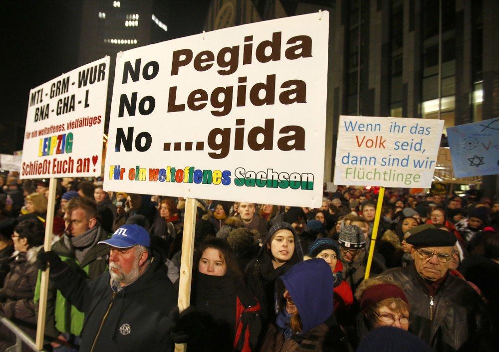 Store mengder demonstranter, både de som støtter Pegida og motdemonstranter, møtte opp i den tyske byen leipzig onsdag kveld.