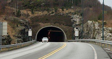 TOM FOR STRØM I NORGES LENGSTE UNDERSJØISKE TUNNEL: Kvinnen og elbilen ble stående strømløs i den 7.888 meter lange Bømlafjordtunnelen.