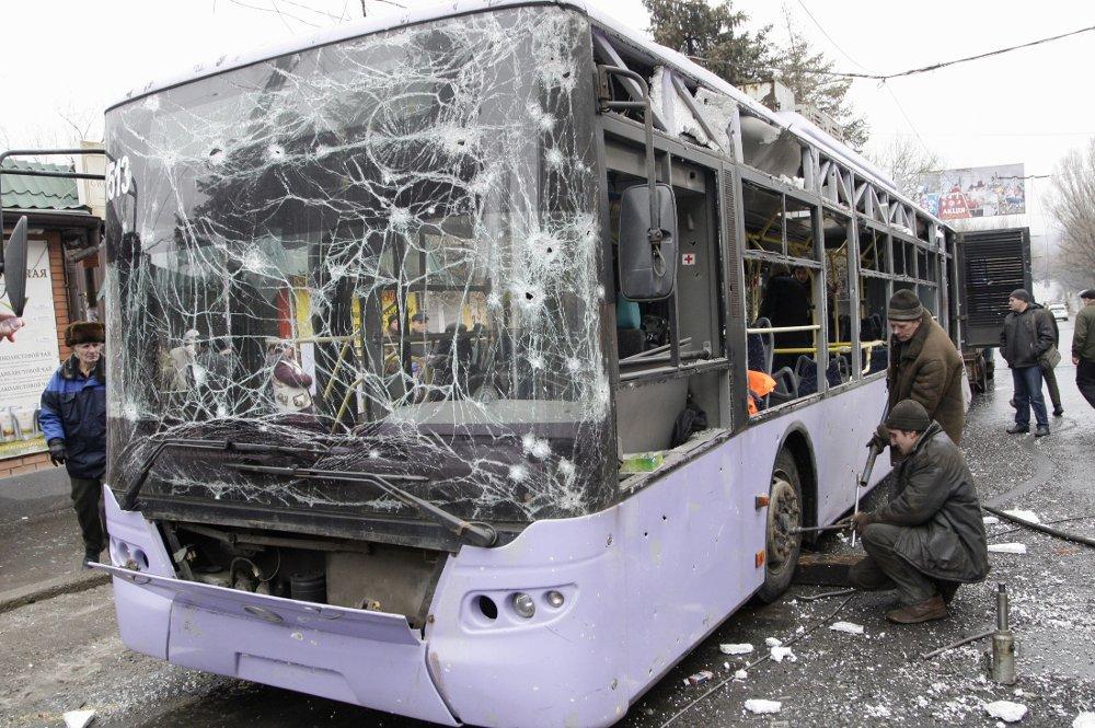 Denne bussen ble truffet av granater i Donetsk øst i Ukraina torsdag.