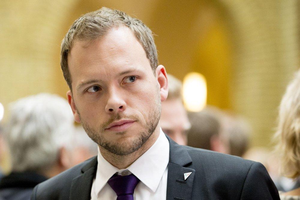 Audun Lysbakken krever mer penger og politisk handling for å få bukt med salg av smuglersigaretter i Norge.
