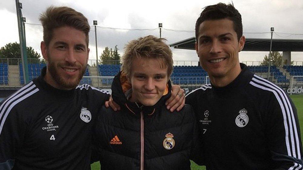 STJERNEMØTE: Martin Ødegaard med Cristiano Ronaldo og Sergio Ramos.