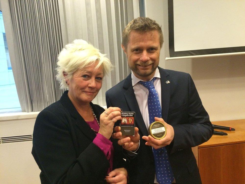 Generalsekretær Anne Lise Ryel i Kreftforeningen og helseminister Bent Høie (H) har tro på at de nye pakkene for røyk og snus vil hindre at flere unge begynner med tobakk.